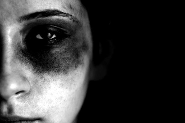 چرا پلیس این دختر را از چنگال مادر سنگدل و کثیفش رها کرد؟ / عکس