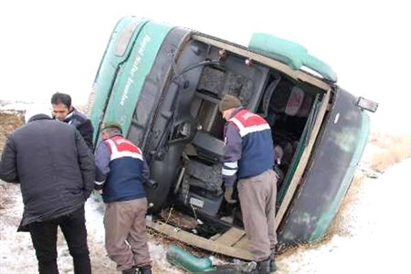 واژگونی اتوبوس در محور نی ریز ١٨ زخمی برجای گذاشت