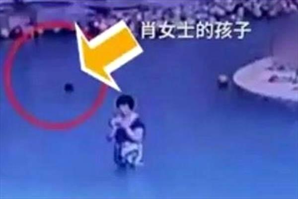 کودک چهار ساله جلوی چشمان مادرش در استخر غرق شد+تصاویر
