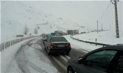 بارش برف و باران در بسیاری از جادههای کشور/ ترافیک سنگین در ۳ محور تهران-شمال