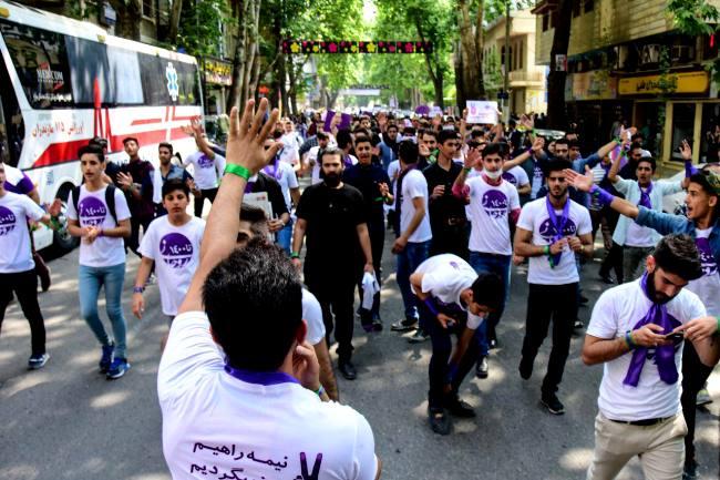 زنجیره انسانی استقبال از دکتر روحانی، از ساعت تا شهرداری تا استادیوم سید رسول + گزارش تصویری