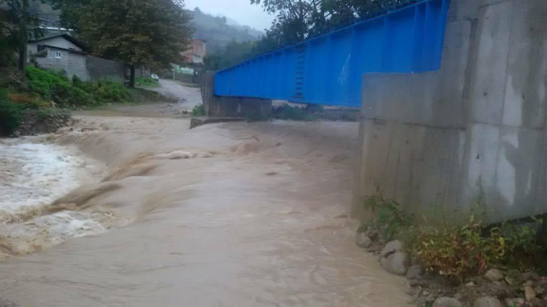 روستای گلورد در محاصره سیل، بدون راه دسترسی