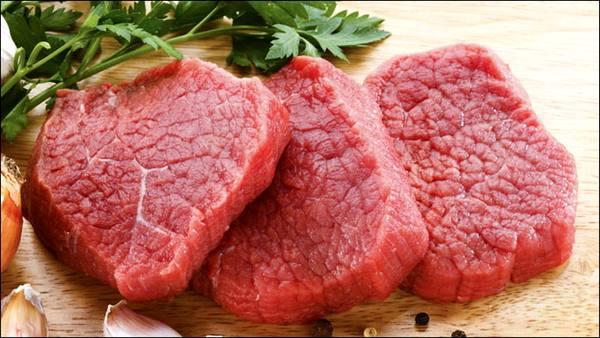 به دلیل کاهش قدرت خرید مردم کمبودی در بازار گوشت گوساله نداریم