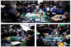 بازدید پرشور مردم از غرفه های کتابخانههای عمومی در مسیر راهپیمایی ۲۲ بهمن ماه