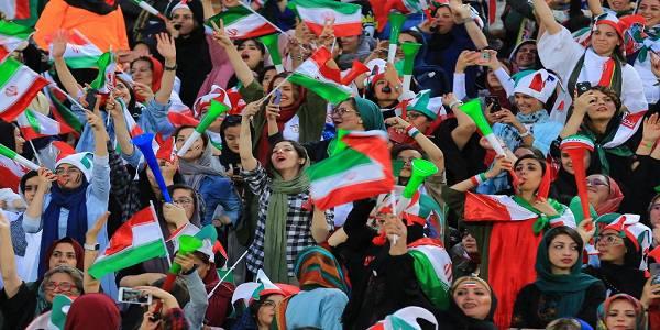 جلودارزاده نماینده تهران: رفتن به ورزشگاه حق زنان است چرا آنها را زجر میدهیم؟