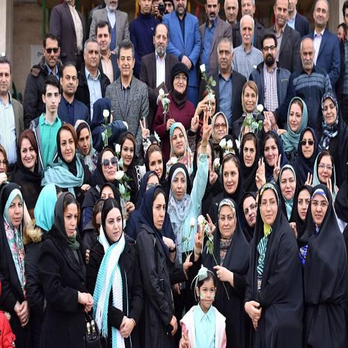 همراهی ۲۰۰ زن فعال مرکز استان با عالیه زمانی برای ثبتنام در انتخابات