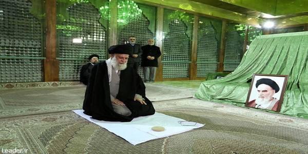 رهبر انقلاب اسلامی در مرقد امام خمینی(ره) وگلزار شهدا حضور یافتند